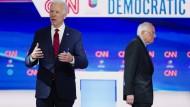 Joe Biden und Bernie Sanders im März bei einer Debatte in Washington
