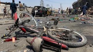 Dutzende Tote bei Anschlägen und Gefechten