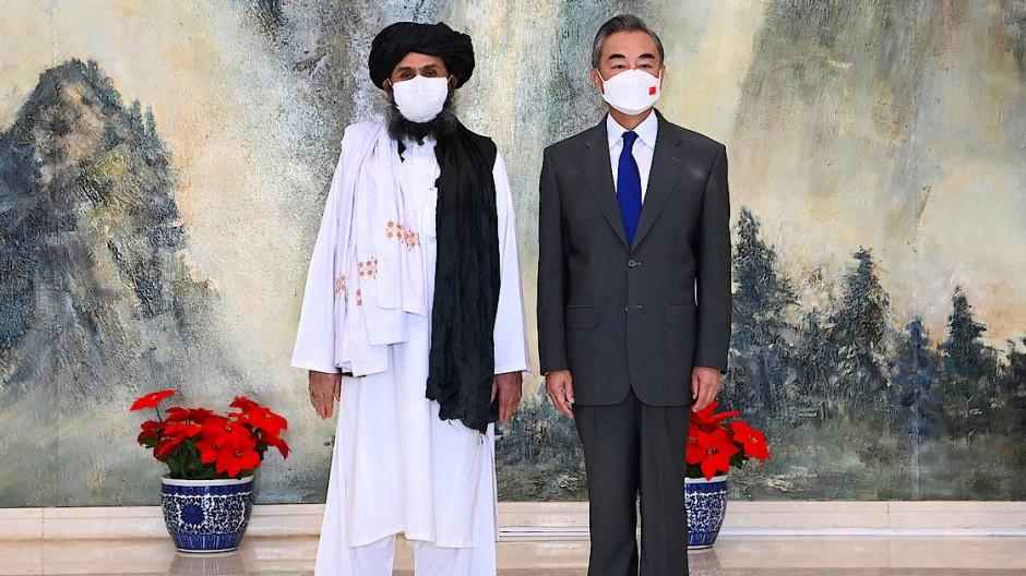 Ehrenvoller Empfang: Der stellvertretende Taliban-Führer Baradar und Chinas Außenminister Wang Yi am Mittwoch in Tianjin