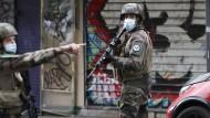 Französische Soldaten nach dem Messerangriff am Freitag in Paris (Symbolbild)