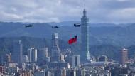 Während einer Übung vor den Feierlichkeiten anlässlich des Nationalfeiertages am 10. Oktober fliegen Hubschrauber mit der taiwanischen Flagge über die Hauptstadt Taipeh.