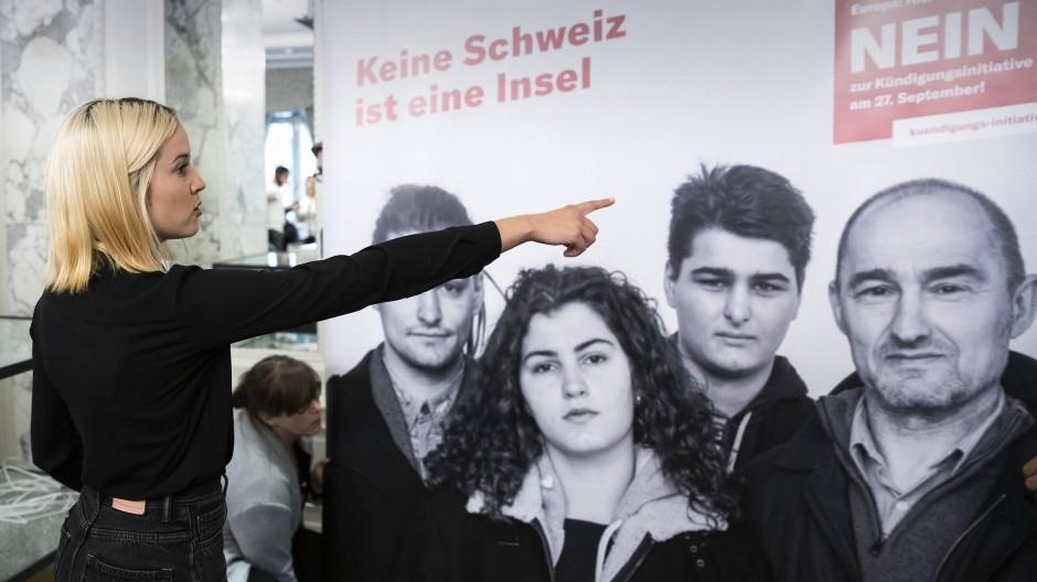 Laura Zimmermann, Co-Präsidentin der parteiunabhängigen Vereinigung Operation Libero, beim Aufstellen von Plakaten im Hotel Schweizerhof in Bern