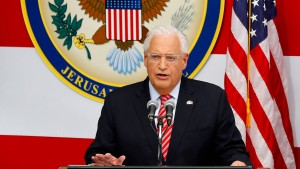 Amerikas Botschafter in Israel posiert mit Fotomontage