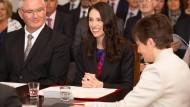 Mit breitem Lächeln: Jacinda Ardern bei der Vereidigungszeremonie in Wellington
