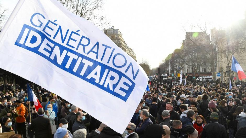 """Mitglieder und Unterstützer der """"Génération Identitaire"""" demonstrieren am 21. Februar in Paris gegen ein drohendes Verbot der Gruppe."""