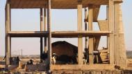 Eine Familie in der syrischen Provinz Daraa sucht Schutz in einem leerstehenden Gebäude.
