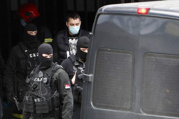 Festnahme: Veljko Belivuk wird Anfang Februar von Polizisten nach einer Razzia abgeführt.