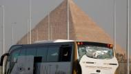 Der beschädigte Bus steht am Straßenrand in der Nähe der Pyramiden von Gizeh.