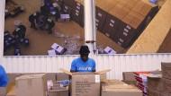 Ein Mitarbeiter von Unicef im größten Hilfsgüterlager der Welt in Kopenhagen (Oktober 2020)