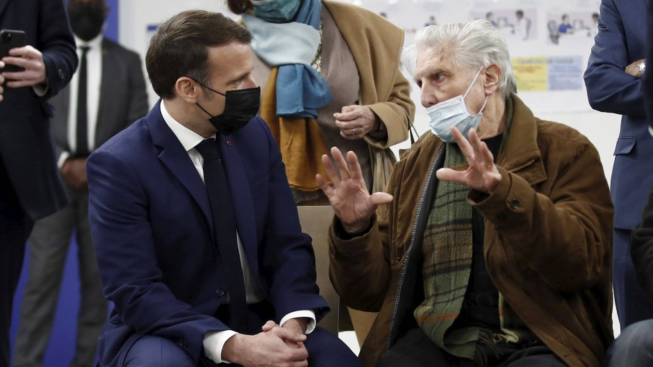 Der französische Präsident Emmanuel Macron am 1. März 2021 in einem Impfzentrum in Bobigny in der Nähe von Paris