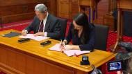 Jacinda Ardern (Labour) und Winston Peters (NZF) unterschrieben die Vereinbarung.