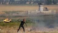 Brennende Reifen gegen Israel: Ein palästinensischer Protestler an der Grenze zu Israel