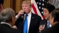 Der Auftakt zur Asienreise nahm seinen Anfang in Tokio: US-Präsident Donald Trump neben Japans Premier Shinzo Abe.