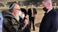 Ehrenvoller Empfang für einen Spion, der seine Erkenntnisse an Israel verkaufte: Ministerpräsident Benjamin Netanjahu (rechts) in der Nacht zum Mittwoch mit Jonathan und Esther Pollard auf dem Flughafen von Tel Aviv