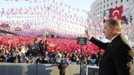 Der türkische Präsident Erdogan spricht in Malatya zu seinen Unterstützern.