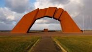 Symbolische Brücke: Denkmal für Japans verlorene Inseln.
