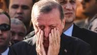 Präsident Erdogan, der normalerweise seine Gefühle unter Kontrolle hat, weint bei der Beisetzung von Erol Olcok.