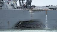 """Der amerikanische Zerstörer USS """"John S. McCain"""" nach der Kollision mit einem Tankschiff."""