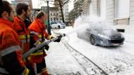 Protestierende Feuerwehrleute besprühen ein Auto in der Nähe von Van Quickenbornes Dienstsitz