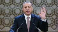 Bitte nicht missverstehen: Recep Tayip Erdogan will mehr Macht auf sich vereinen, aber die Türkei nicht in einer Katastrophe wie Hitler-Deutschland enden lassen.