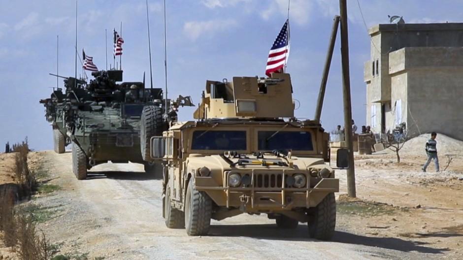 Amerikanische Truppen in den Außenbezirken von Manbij, Syrien