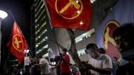 Anhänger der Opposition in Singapur feiern am Freitag ein starkes Abschneiden in einigen Wahlkreisen.