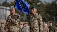 EU Trainings-und Ausbildungsmission in Mali – doch weshalb überhaupt? Der Bundeswehrgeneral Peter Mirow steht neben der Truppenfahne nach der Kommandoübernahme.