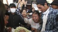 Die Mutter eines getöteten Schülers am Sonntag bei der Beisetzung in Yangon