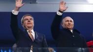 Echte Freunde: IOC-Präsident Bach (links) hielt sich, wie hier während der Spiele in Sotschi 2014, mit Kritik an Putin stets zurück.