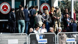 """Mehrjährige Haftstrafen für """"Cumhuriyet""""-Mitarbeiter"""