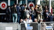 """Schwer bewachtes Gerichtsgebäude in Silvri: Hier wurden die Haftstrafen gegen die """"Cumhuriyet""""-Journalisten ausgesprochen."""
