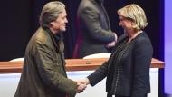 """Marine Le Pen mit ihrem """"Stargast"""" Steve Bannon auf dem Parteitag des Rassemblement National im März 2018 in Lille."""