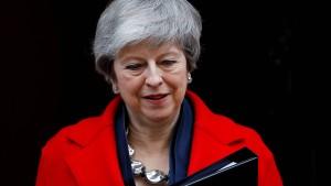 May bietet Parlament Brexit-Verschiebung an