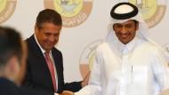 Außenminister Sigmar Gabriel (links) mit seinem Amtskollegen Muhammad bin Abdulrahman Al Thani bei seinem Besuch in Doha in Qatar.