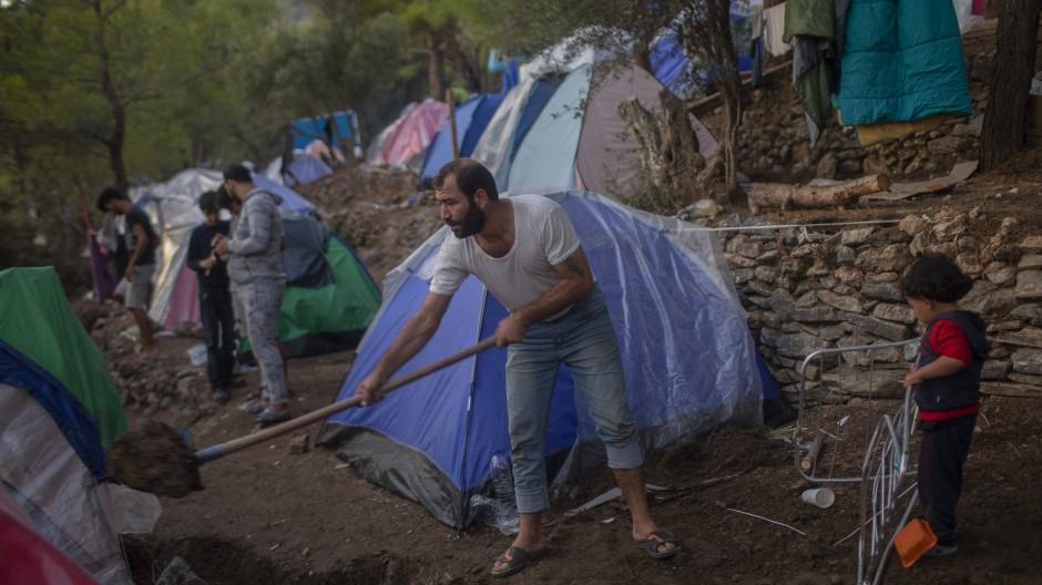 Flüchtlingslager auf der griechischen Insel Samos: Die Geflüchteten müssen hier selbst für ihre Unterkunft sorgen.