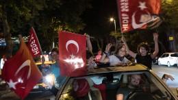 Freudenschüsse, Autokorsos und eine erschütterte Opposition