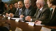 Der amerikanische Vize-Präsident Joe Biden (mitte) am Mittwoch bei einem Treffen mit Waffengegnern und Opferangehörigen.