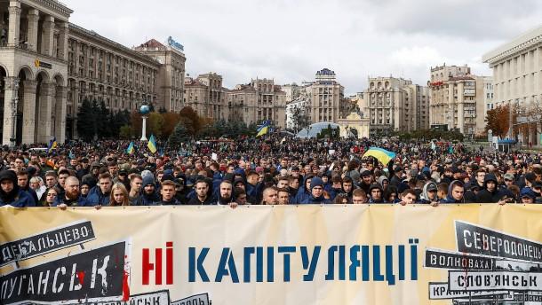 Tausende demonstrieren gegen Sonderstatus im Donbass