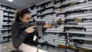 Beliebt bei Attentätern: Eine Waffenverkäuferin mit einem AR-15-Sturmgewehr