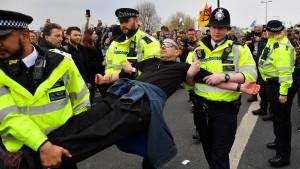 Polizei nimmt fast 300 Demonstranten fest