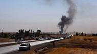 Kurdische Peschmerga-Truppen verlassen den Ort Altin Köprü, der von irakischen Streitkräften angegriffen wird.