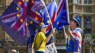 Hier waren die Flaggen der EU und Großbritannien vereint, nun wird über den Brexit gestritten.