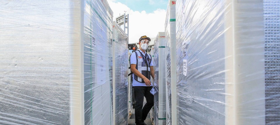 Impfstoff aus China: Ein Flughafenmitarbeiter überprüft eine Ladung Dosen des Corona-Impfstoffs Sinovac auf einem Flughafen in Manila (Symbolbild).
