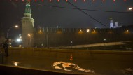 Die Spuren zerfliessen: Ein russischer Polizist neben der Stelle, an der Boris Nemzow in Moskau erschossen wurde