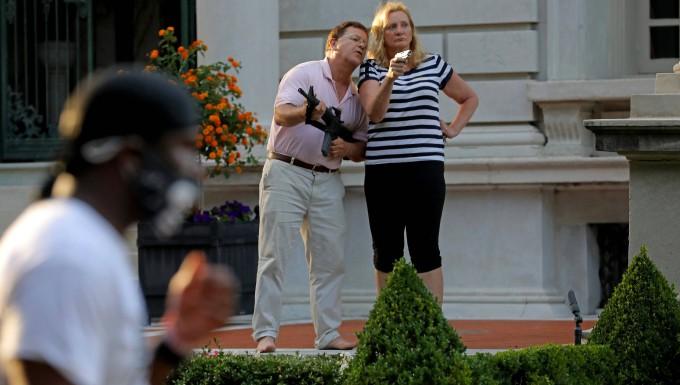 Ein Paar in St. Louis richtet Waffen auf Demonstranten