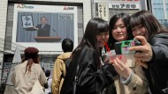 Einige Japanerinnen halten den Moment fest, in dem der neue Name der künftigen kaiserlichen Ära, Reiwa, im Fernsehen vorgestellt wird.