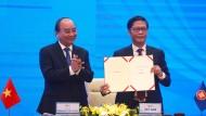 Die vietnamesischen Gastgeber präsentieren das neue Freihandelsabkommen.