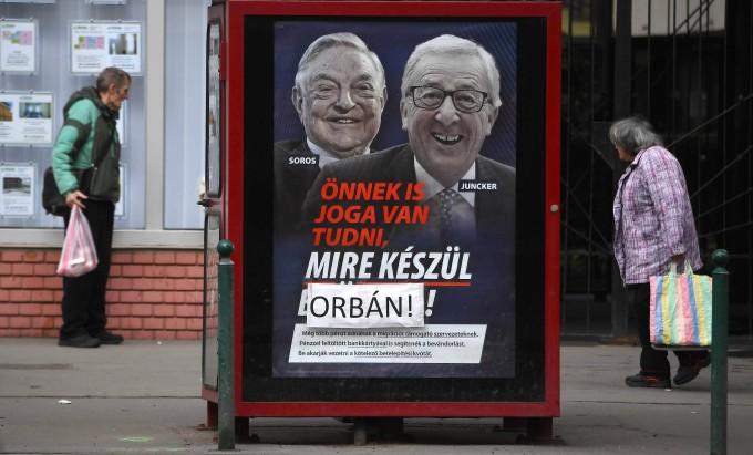"""Auf dem Plakat, das an einer Telefonzelle klebt, steht auf Ungarisch: """"Du hast das Recht, zu erfahren, was Brüssel vorbereitet."""""""