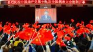 Make China Great Again: Studenten sehen sich in Huaibei Xis Eröffnungsrede des Parteikongresses an. Der Jubel für den Parteichef ist groß.
