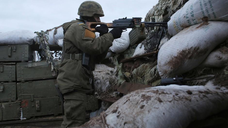Ein ukrainischer Soldat am Sonntag in einem Schützengraben in der Nähe der von Novoluhansk